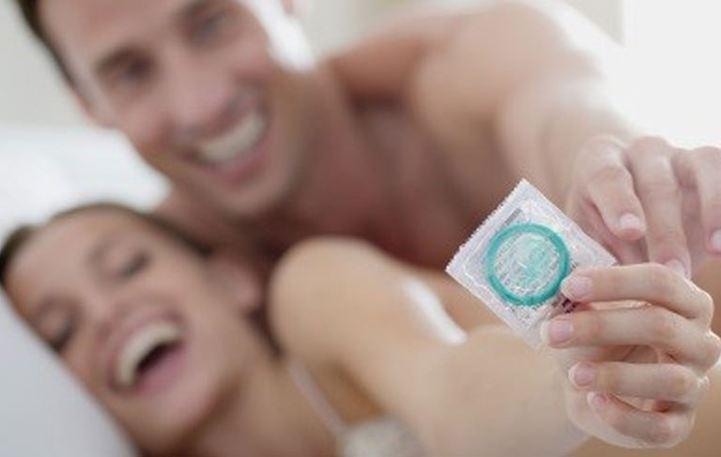 Νέοι άνδρες και γυναίκες που κάνουν σεξ