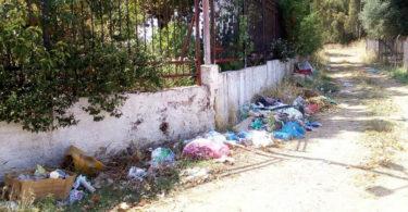 σκουπιδότοπος έξω από το Κέντρο Υγείας Κάτω Αχαΐας.